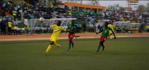 Une phase de jeu entre le Mali et le Cameroun lundi, 16 février 2015, à Niamey